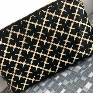 Malene Birger necessär mkt fint skick skinn (24 sep. 16:33) Tillverkad av: 100 % polyvinylklorid. Detaljer: 100 % läder. Storlek: B 21 x H 12 x D 7,5 cm. Färg: BLACK  Fin necessär med det ikoniska Arabian Flower-mönstret från By Malene Birger. Försluts med tvåvägsdragkedja.  Frakt 42 kr tillkommer