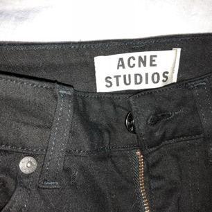 """Acne jeans svarta """"needle"""" mkt fint skick använda max10 ggr! Avklippta att passa person 165 till ca ankeln!  Stuprör mkt tighta! Hög midja   Frakt tillkommer"""