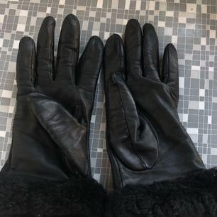 Fina handskar från ugg fint skick använda knappt halv säsong. Enda felet är att fodret i cashmere är lite sönder men går enkelt att sy ihop utan att det påverkar funktionen! Inköpspris 1300! Finns på Nelly!   Stl small  Tveka inte att ställs frågor!! :) varan säljs i befintligt skick.   Frakt 22 kr tillkommer
