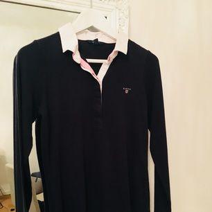 Fin tröja från Gant, nypris ca 1200kr. Mörkblå/ljusrosa/vit. Strl S.
