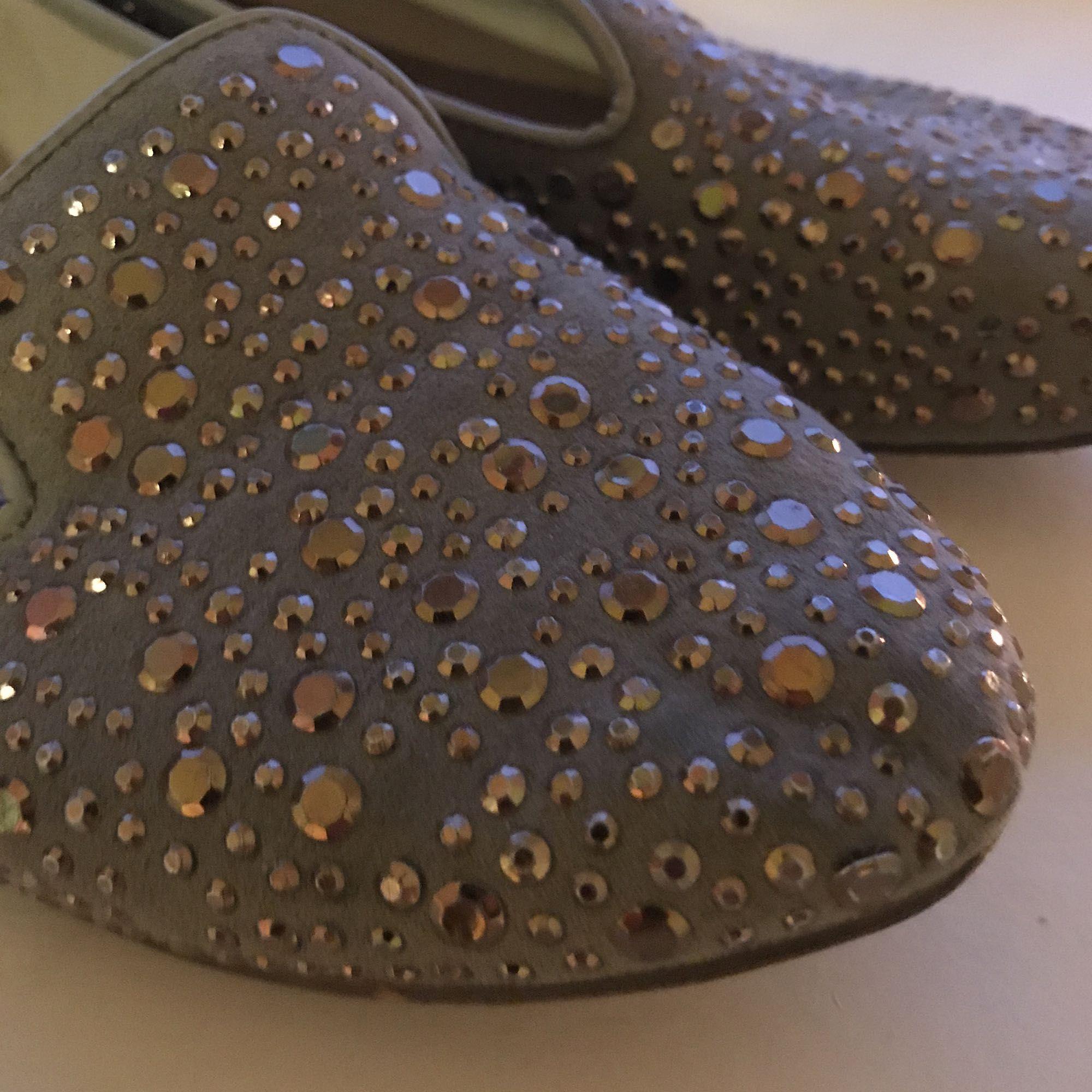 Gröna skor med guldnitar. Sparsamt använda. Supersköna att gå i.. Skor.