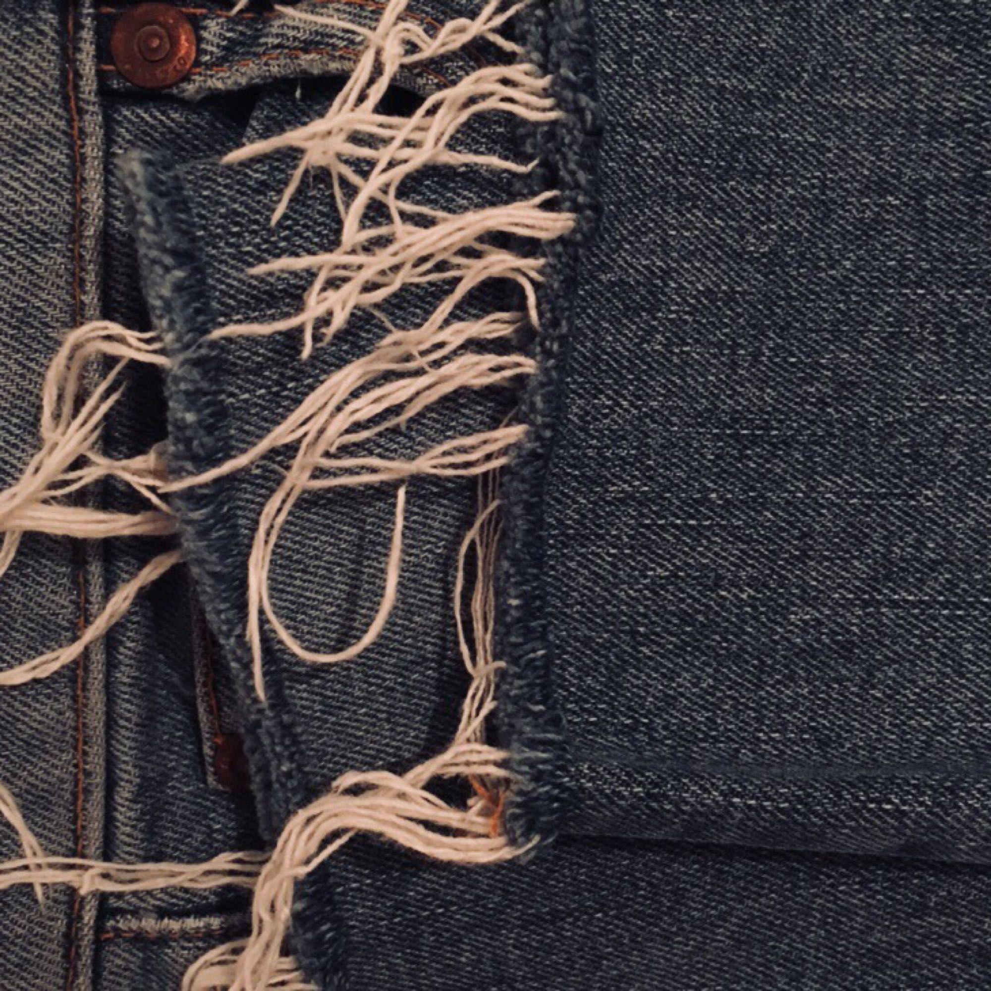 Snygga blåa jeans från Nudie Jeans, fringe på ändena, köpt för 300kr, highwaist, kan mötas i Stockholm C. Jeans & Byxor.