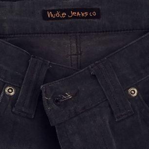 ORGANIC JEANS FROM NUDIE JEANS, ekologiska jeans, sydda i slutet, är 167 cm lång så det passar folk nära den längden, har storlek S. Gråa jeans.
