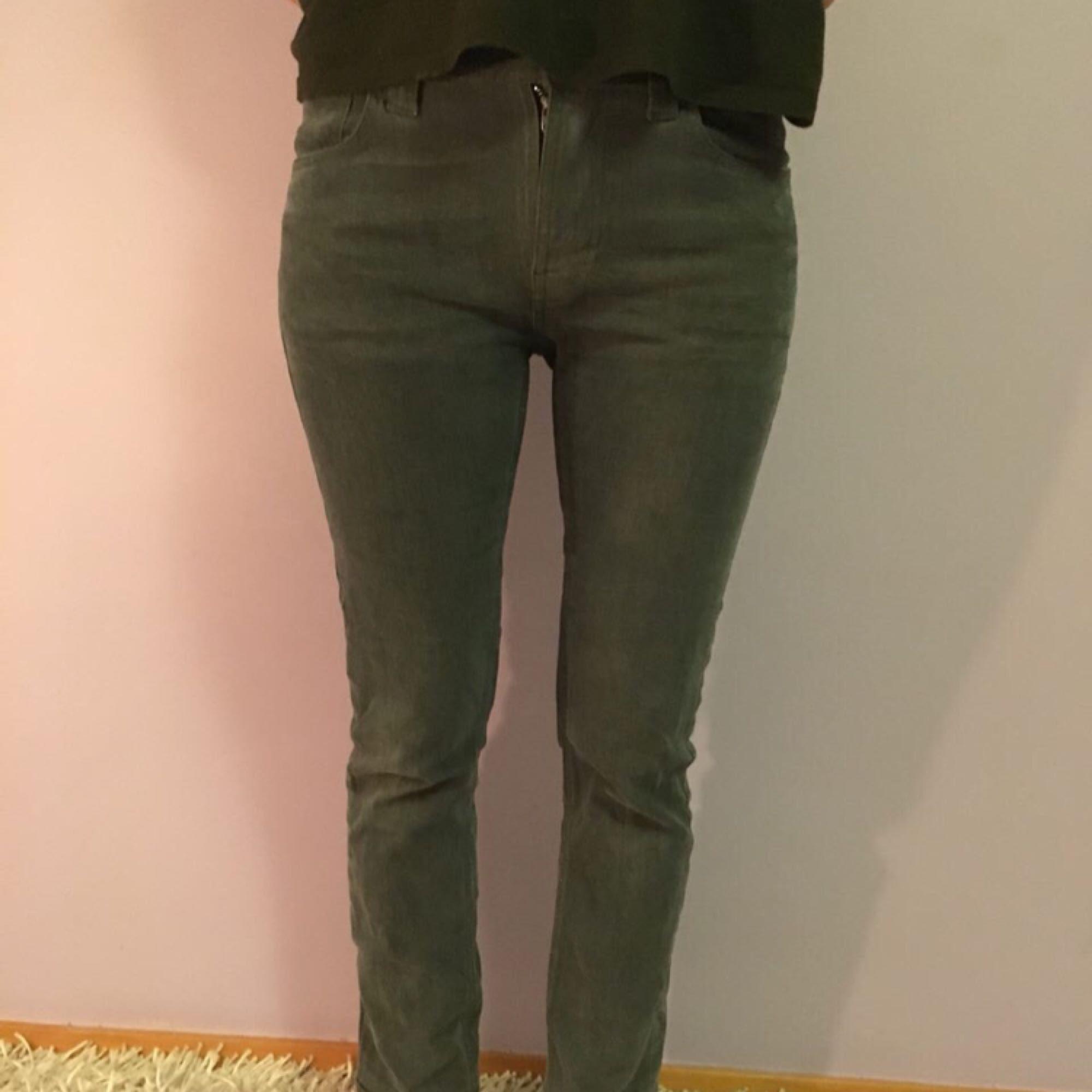 ORGANIC JEANS FROM NUDIE JEANS, ekologiska jeans, sydda i slutet, är 167 cm lång så det passar folk nära den längden, har storlek S. Gråa jeans.. Jeans & Byxor.
