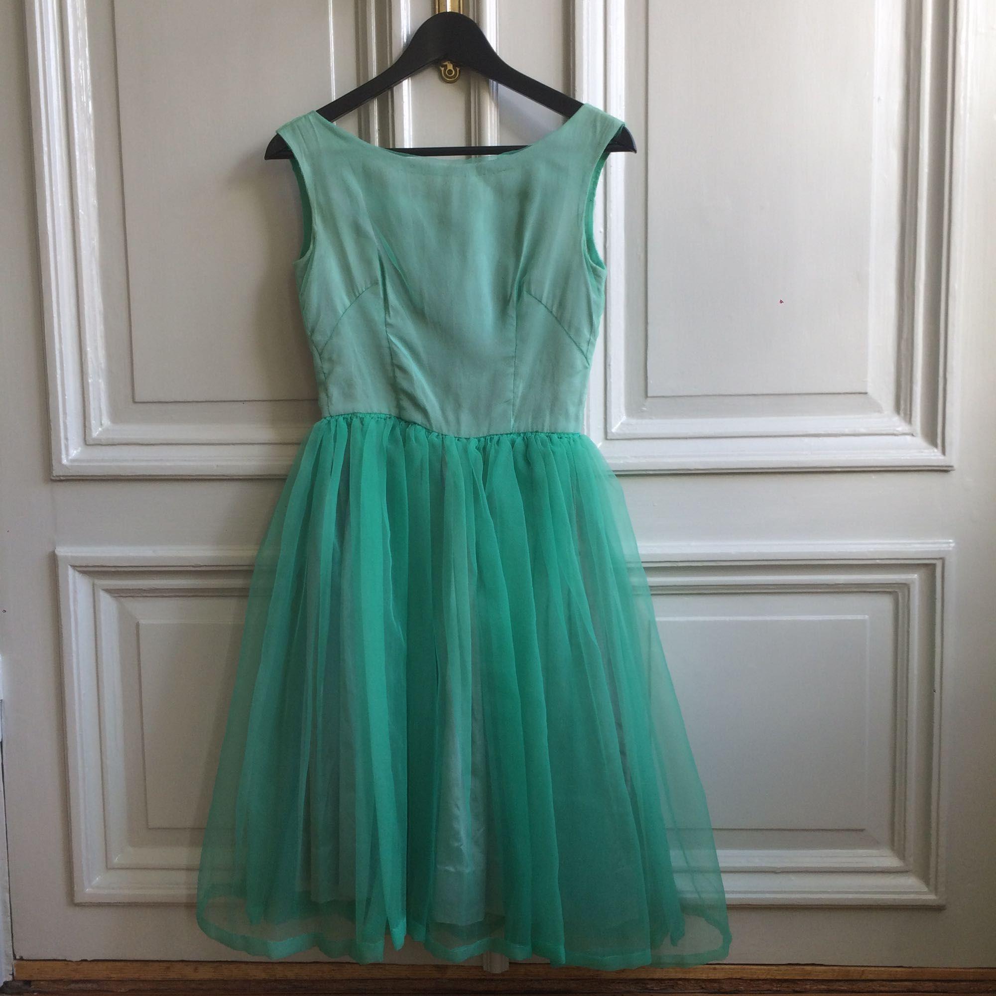 Handsydd festklänning cocktailklänning i tyll och siden eller sidenlikt  material. f8f4704906240