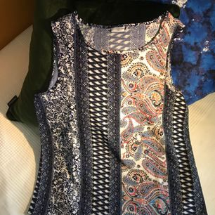 Fint linne från Jacqueline de Young, köpt på Vero Moda. Storleken är som S eller M. Använd ett fåtal gånger. Mycket fint skick. Frakt ingår i priset. Betalning med Swish. Kontakta mig för mer bilder.