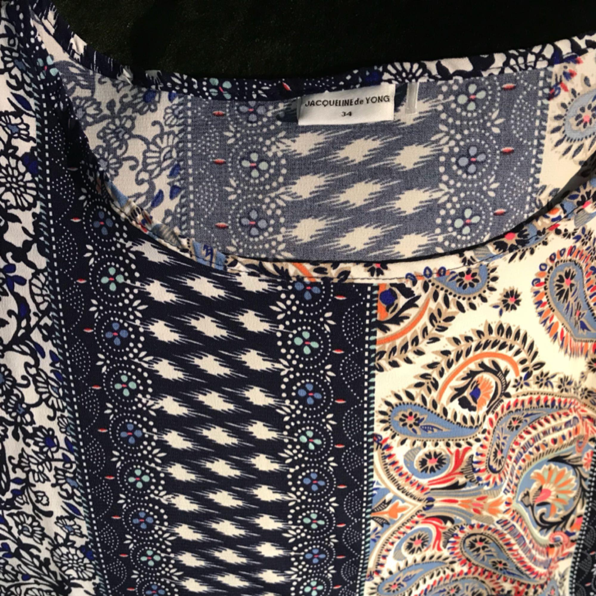Fint linne från Jacqueline de Young, köpt på Vero Moda. Storleken är som S eller M. Använd ett fåtal gånger. Mycket fint skick. Frakt ingår i priset. Betalning med Swish. Kontakta mig för mer bilder.  . Blusar.
