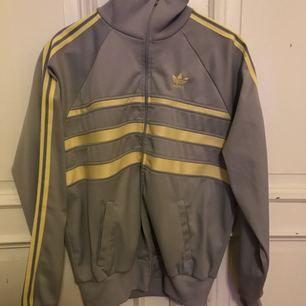Mycket trevligt skick på denna Adidas Tracksuit från mitten av 80-talet Storlek: L / 52 Hämtas i Luthagen, Uppsala Kan skickas spårbart för 89 SEK