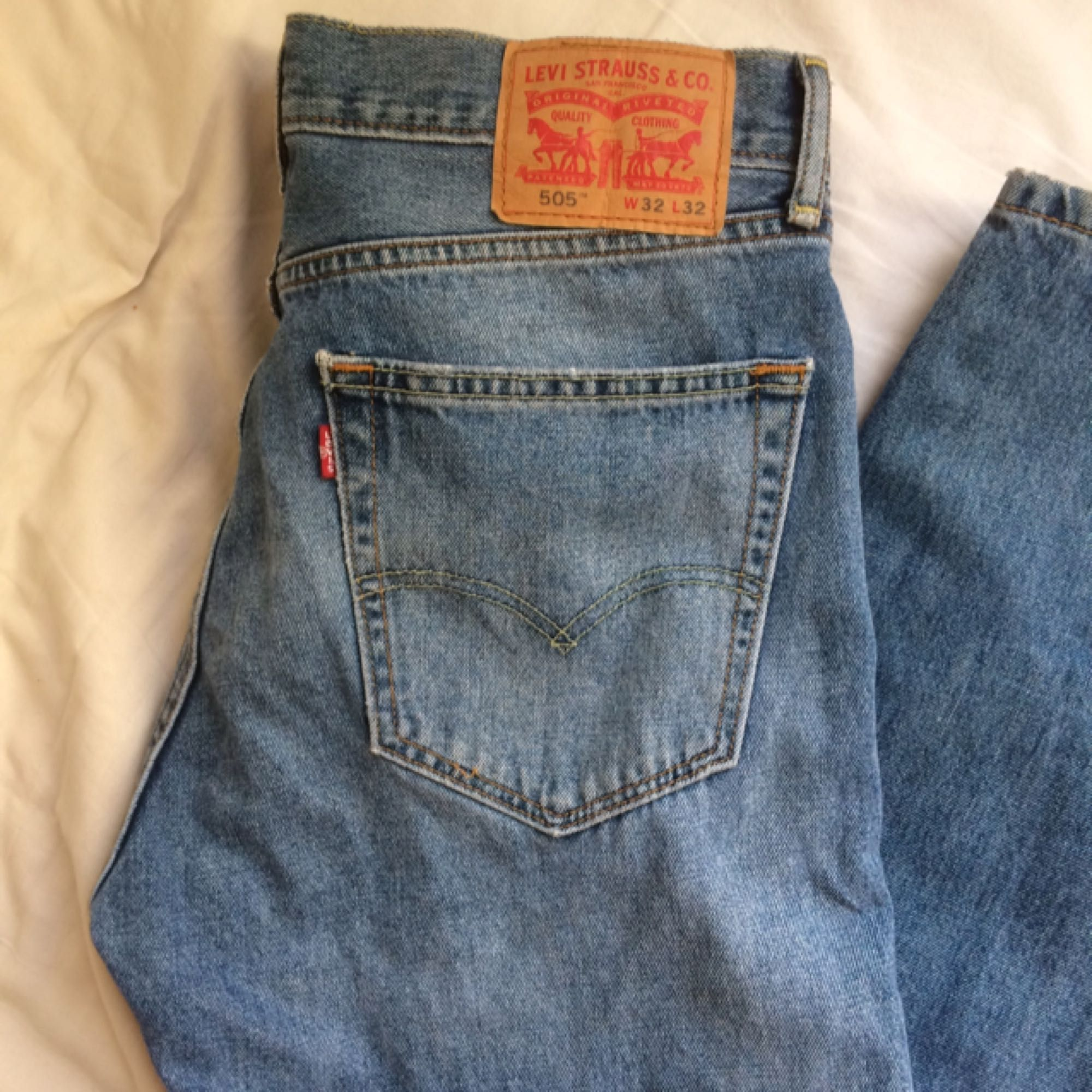 Ganska så högmidjade Levi s-jeans! Bra skick bara lite snyggt slitna (inga  hål ... 58e65f4f32e3f