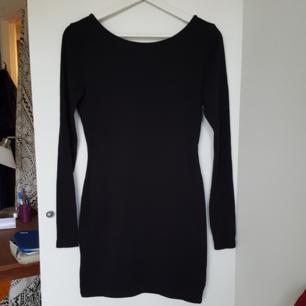 Svart tight klänning med snygg korsning i ryggen! Sparsamt använd och därför Mycket bra skick. Frakt tillkommer