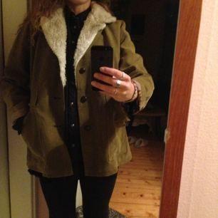 En aning over-size olivgrön jacka. Second hand i bra skick. Fodrad med ull, perfekt i höst eller i vinter med en tjockare tröja under!