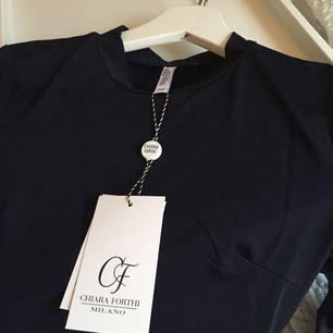 Helt ny oanvänd chiara forti klänning i marinblå, figursydd i stretchigt material