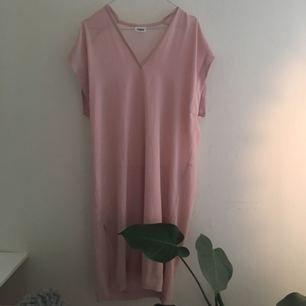 Tunn klänning från weekday. Även fin till byxor med topp under. Sparsamt använd. Frakt ingår