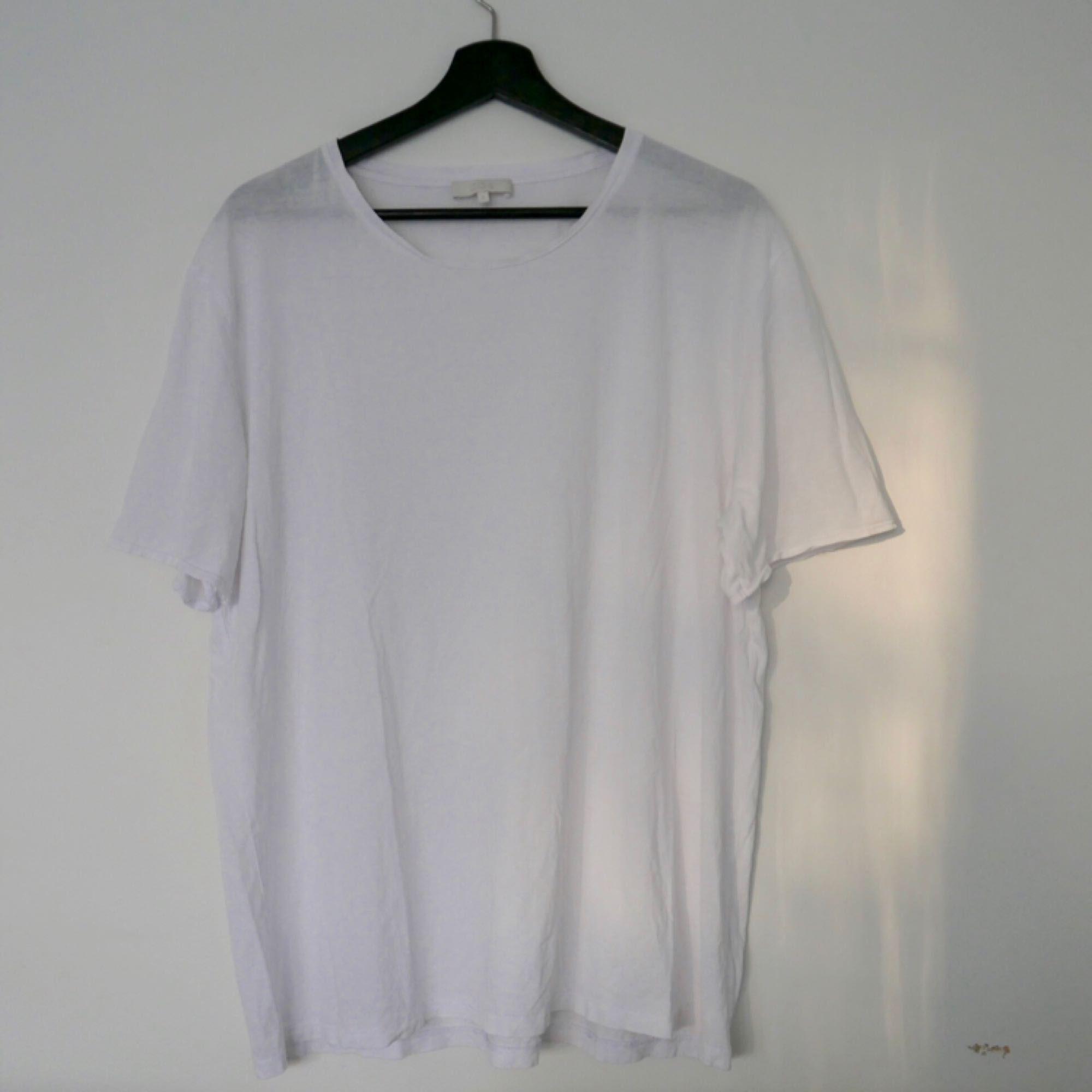 75802497ca3 Super fin T-shirt från COS, större storlek så den faller väldigt fint  pösigt ...