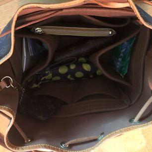 En perfekt oranisatör till din Louis Vuitton Noe Petit! det är ju annars bara ett stort hål i väskan där allt ligger slängt huller om buller! Nu kan du får ordning på saker och ting. Många fack att lägga plånka, paraply, nycklar smink mm i. Fungerar även som baseshaper dvs att väskan inte förlorar formen vilket noe petit ofta gör tyvärr och inte blir så fina.  Skick: Begagnat excellent skick! Har legat i min väska en månad. Använt väskan kanske 4 gånger.  Material: Filt mkt tjockt material som går att tvätta vid behov och som är mycket slitstarkt!    OBS! Denna är specifikt för noe petit men går säkert att använda i andra väskor med liknande mått.