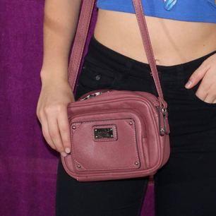 Fin oanvänd liten väska. Frakt kostar 40 kr. Kontakta mig för frågor osv :)