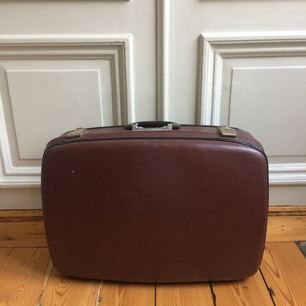 Retro brun resväska i portföljstil med sidenklädd insida.
