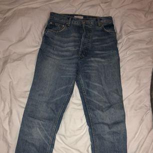 Jag säljer mina mom jeans från Zara då dom är för stora för mig. Använda någon enstaka gång och är i ny-skick! Kan skicka fler bilder för att visa passformen samt för tydligare bilder på tvätten. Medel/ljusblå tvätt, avklippt vid anklarna (köpta så). Fraktpris tillkommer. <3 hör av er vid frågor!
