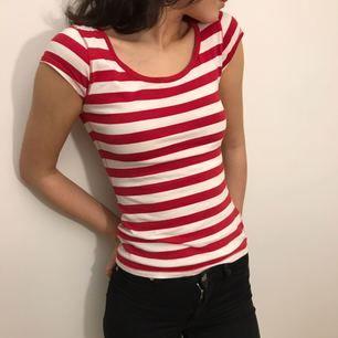 Basic röd-vitrandig t-shirt i storlek XS.   Hämtas i Uppsala eller fraktas till önskad adress. Då tröjan inte väger så mycket kommer fraktavgiften inte bli så hög ✨