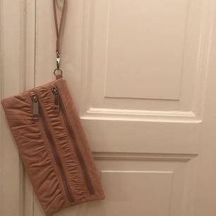 Oanvänd handväska till party, fin middag eller en vardag på stan. Två användbara fack som stängs med en ordentlig kedja. // Clutch bag for the party, a dinner or for a walk downtown. Lovely old-pink.