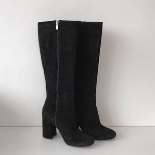 Knähöga boots i mocka från & Other Stories. I fint skick, bör dock sulas om eftersom ingen ordentlig sula kom med från början. Nypris 1995 kr 👠