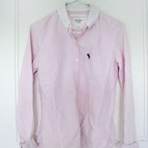 Rosa skjorta från Abercrombie & Fitch. Köpt i USA. Snygg passform!! Kan skicka mot avgift eller mötas upp i Stockholm.