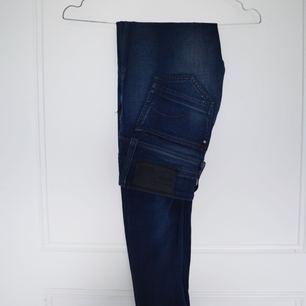Jeans från G-star i mörkblå färg. Sitter snyggt och är supersköna. Kan skickas eller mötas upp i Stockholm :)