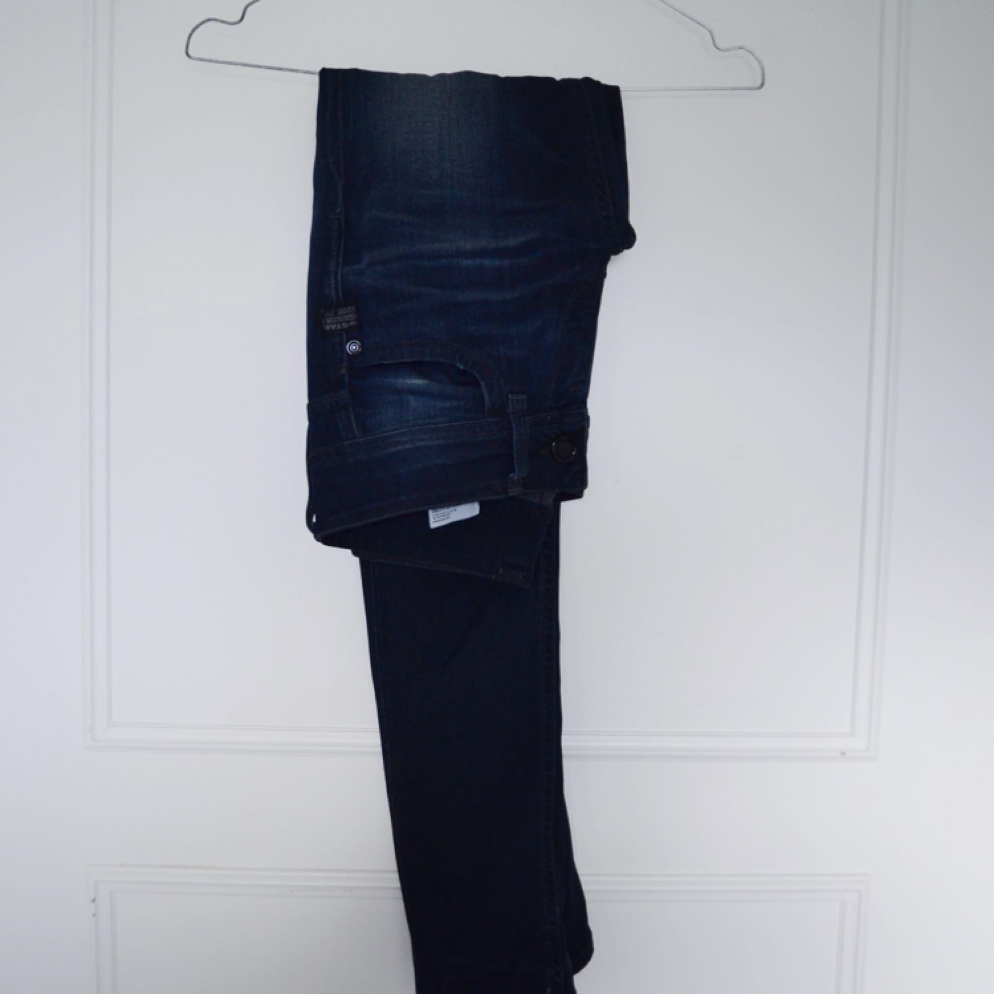 Jeans från G-star i mörkblå färg. Sitter snyggt och är supersköna. Kan skickas eller mötas upp i Stockholm :). Jeans & Byxor.