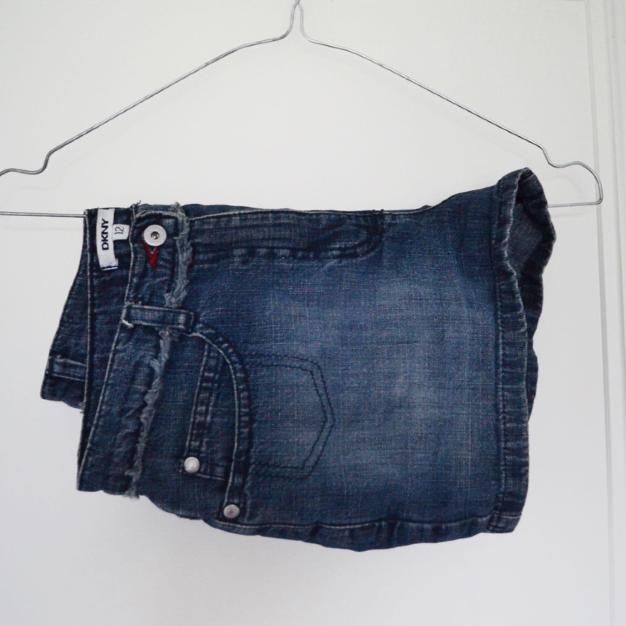 Shorts från DKNY. Supersnygga som jag tyvärr växt ur. Kan skickas eller mötas upp i Stockholm.. Shorts.