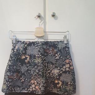 superfin kjol som söker nytt hem där den blir använd ! den är som ny då jag bara använt den en gång. Har en fin underkjol i spets 🌼
