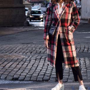 Trendig, rutig kappa från Zara. Köparen står för eventuell frakt.