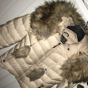 Säljer min Hollies vinter jacka,pälsen är inte äkta men jackan är såklart. Ena jackfickan har gått sönder men går lätt att laga för en billig peng eller själv.