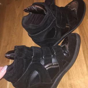 Liknande Isabel Marant skor,dem är alltså inte äkta. Har använt dem 2-3 gånger.