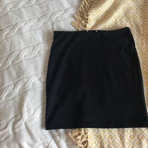 Svart figurnära kjol från Gina tricot med bra stretch. Det går därför att själv anpassa längd/midjehöjd.  xs/s