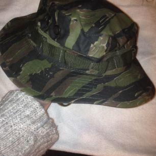 Militär bucket hat med strap! Köpt på tshirtstore för typ 3 år sedan