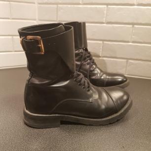 Stilren sko från märket HOPE. Varsamt använda och i fint skick. Köparen står för frakten.