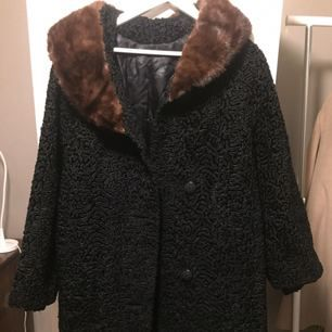 Winter coat with fur details around the neck, made in France. The coat is in size XL (44-46 EU), in black with dark brown fur details. Perfect condition (never used)!