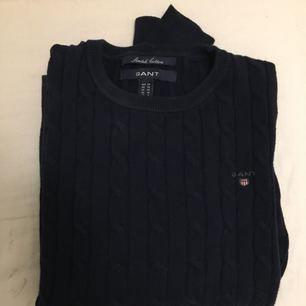 Säljer nu min kabelstickade gant tröja pågrund av att jag aldrig har  användning för den. Marinblå, storlek XS. så gott som ny 🎀🎀 Obs, enbart swishbetalningar, priset går att diskutera vid snabb affär