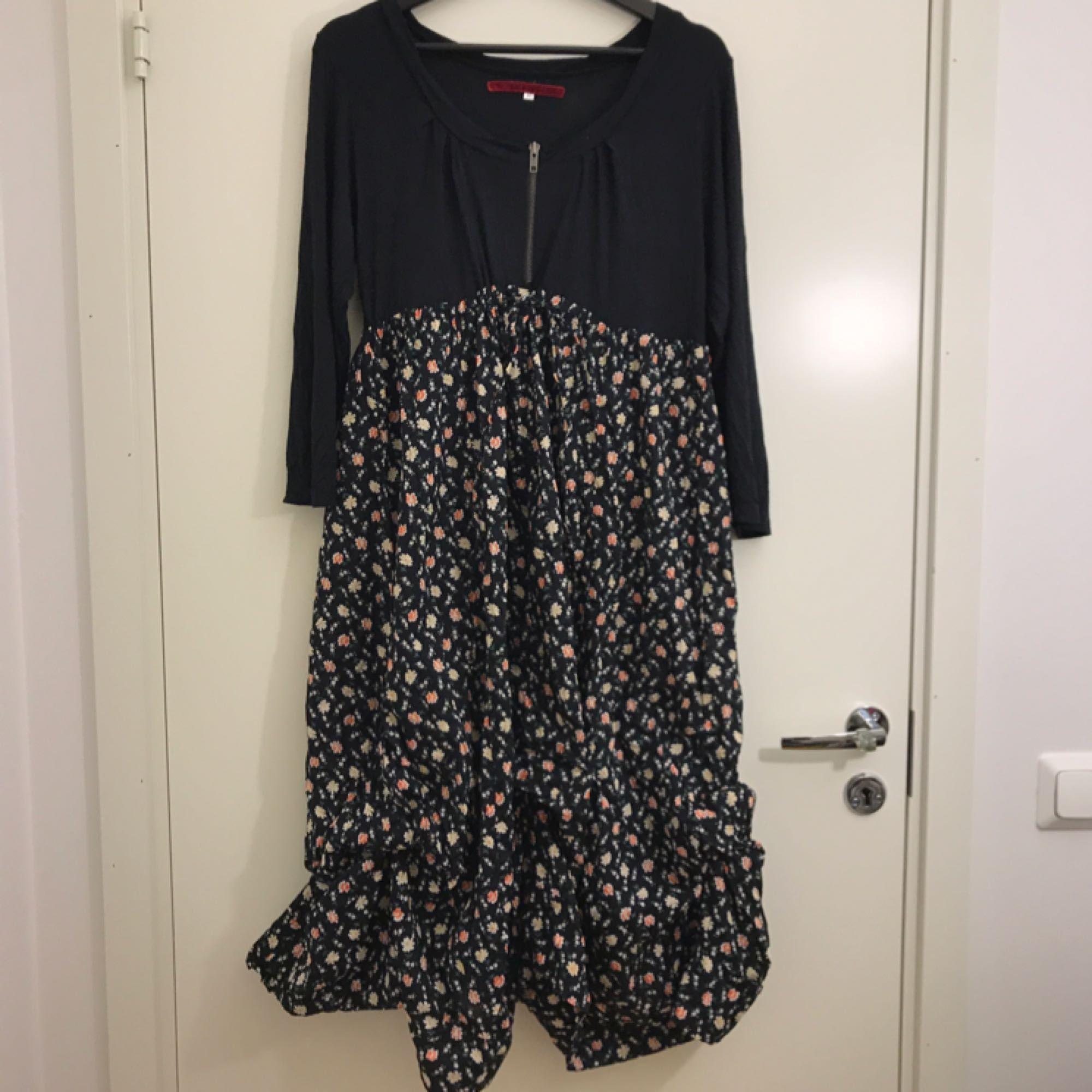 35efd45a8dac Fin knälång klänning från märket RoseBud. Klänningen är i storlek M men kan  även passa ...