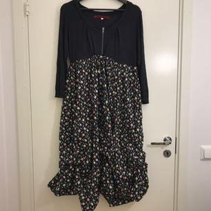 Fin knälång klänning från märket RoseBud. Klänningen är i storlek M men kan även passa en L då den är stor i storleken. Nypris är runt 599-699 kronor.  Hämtas i Uppsala eller fraktas till önskad adress.