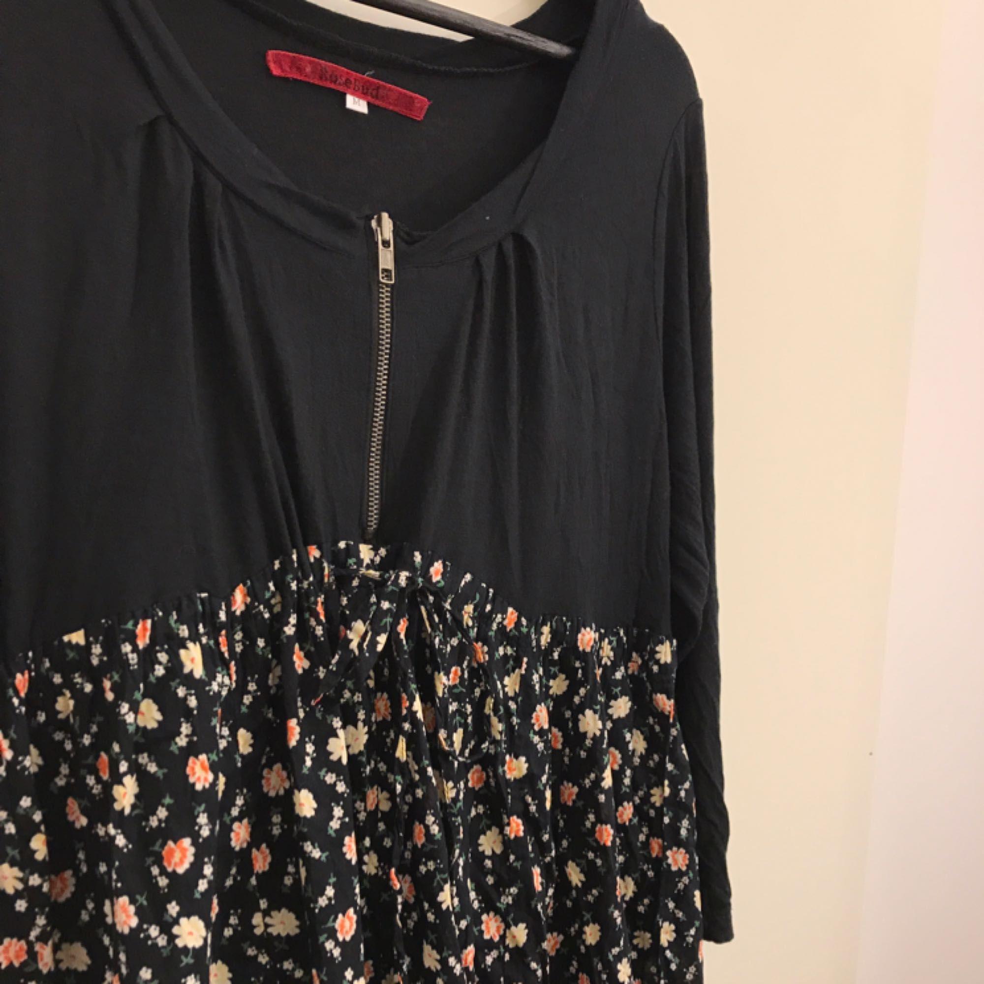 1be986d7b23c ... Fin knälång klänning från märket RoseBud. Klänningen är i storlek M men  kan även passa