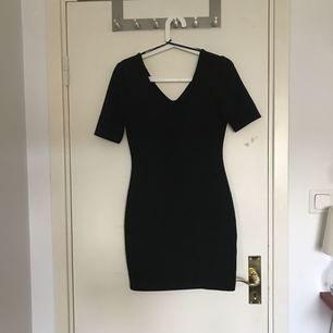 Klänningen är av tight modell och sitter bra. Den har lite längre armar än vanlig t-shirt längd. Den är nästintill oanvänd. Säljer då den inte används längre.    Frakt ingår inte i priset.