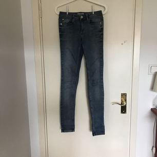 Ett par jeans i en snygg ljus tvätt. De är mycket lite använda och är i superfint skick. Jeansen är tyvärr för långa för mig (ca 165cm) så skulle nog passa någon som är längre. De är sköna jeans med stretch och normal livhöjd.        Frakt ingår INTE i priset.