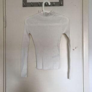 Söt vit tröja som är oanvänd. Den ser liten ut men är superstretchig. Upptill har den en söt detalj som gör tröjan extra snygg. Passar till vardags och till fest.  Frakt ingår INTE I priset.