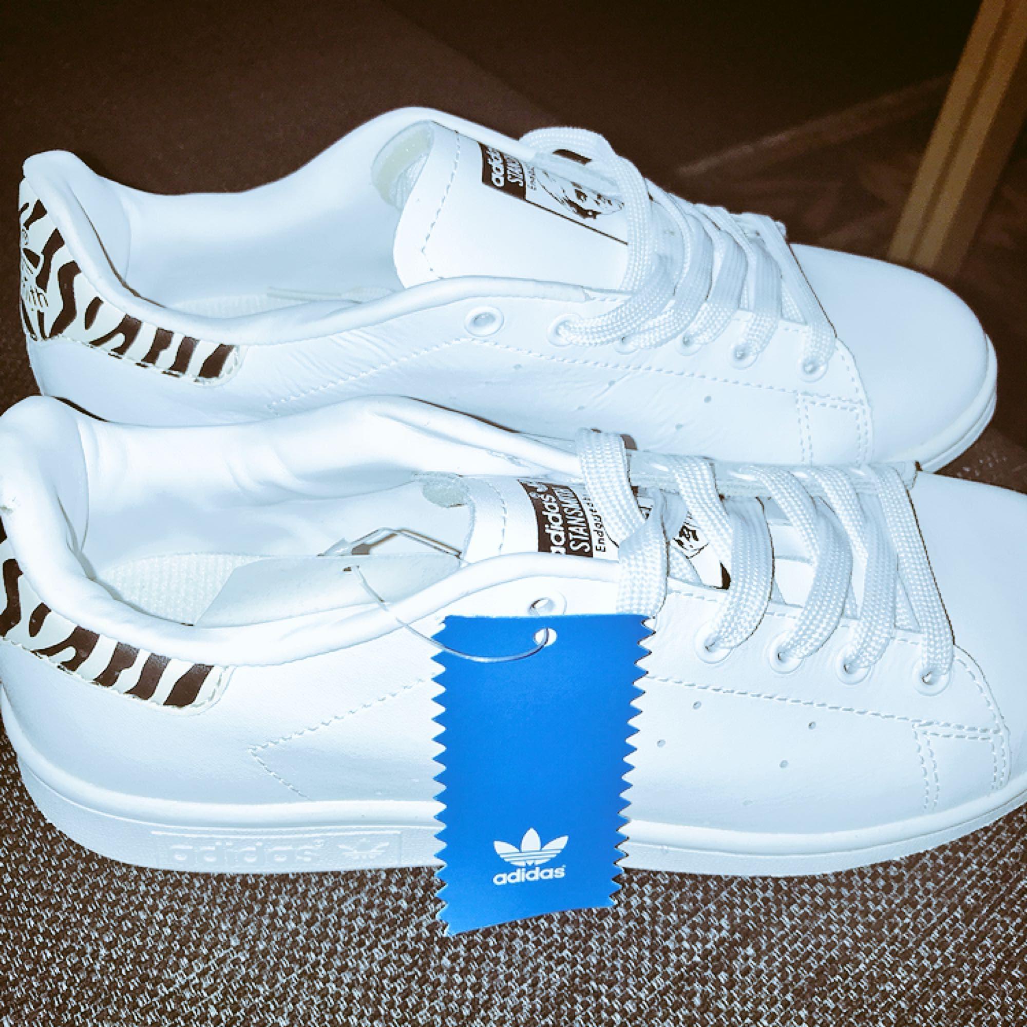 """a3207a345be Ett par nya oanvända Adidas """"StanSmith"""" sneakers i låg modell Stl : 39 ."""