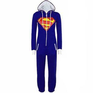 Superman onepiece med jättemysigt tyg på insidan, den är från wish och är i stl M-L.