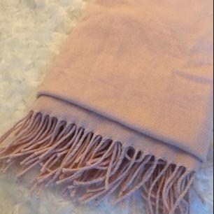 Fin rosa halsduk som inte kommer till användning. Frakt inräknat i priset.