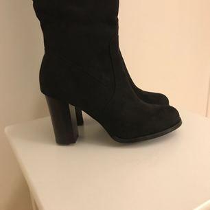 Overknee boots, aldrig använda så i perfekt skick. Storlek 39kr. Frakt tillkommer