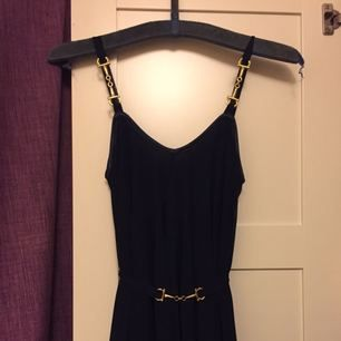 Mörkblå Ida Sjöstedt klänning med fall i bak. Jättefin, använd en gång. Perfekt för bal, bröllop, event