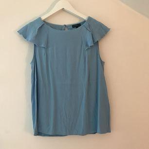 Super fin blus!!! Som tyvärr har krympt i tvätten och inte passar längre.. är en 38 från början men skulle säga att den passar en 34a eller en mindre 36a. Kan mötas upp i Stockholm eller så står köparen för frakten.